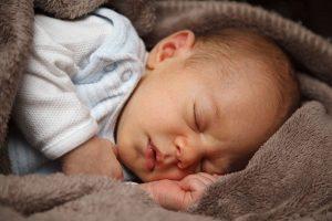Bébé ne veut pas dormir : que faire?