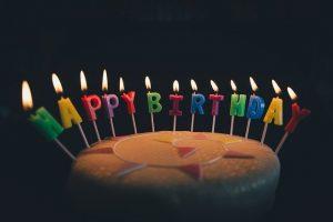 Comment décorer le salon pour une fête d'anniversaire réussie?