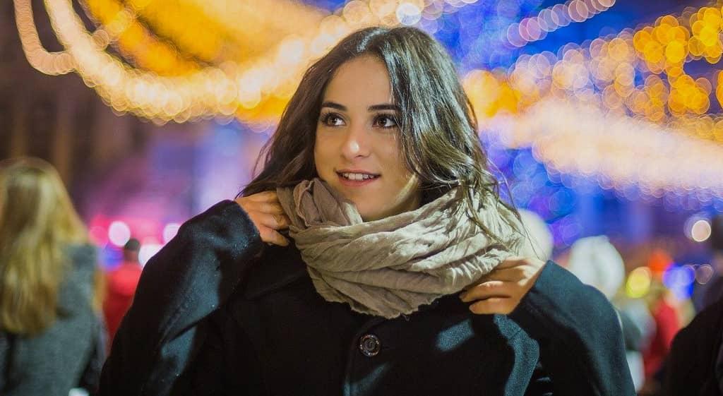 femme avec une écharpe beige