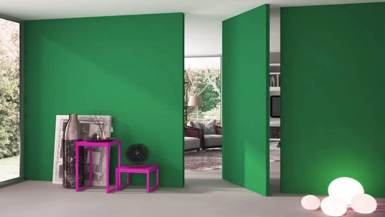 cacher une porte avec la décoration : le mur pivotant