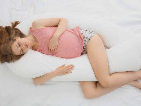 comment dormir avec un coussin d'allaitement